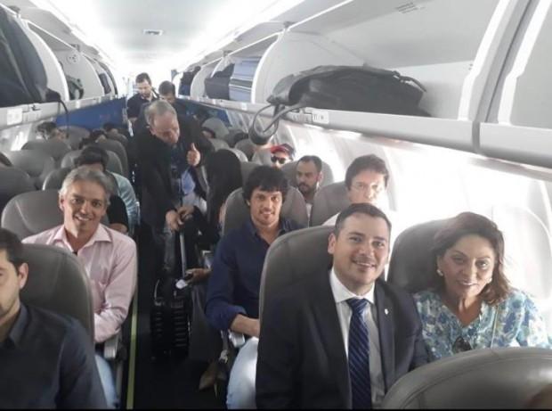 Voo-inaugural-da-Azul-Linhas-Aéreas-Foto-de-Beto-Rosado-Rosalba-Ciarlini-Robinson-e-Fário-Faria-Lahyrinho-Rosado-em-avião-no-Recife-13-06-18-e1528980580999